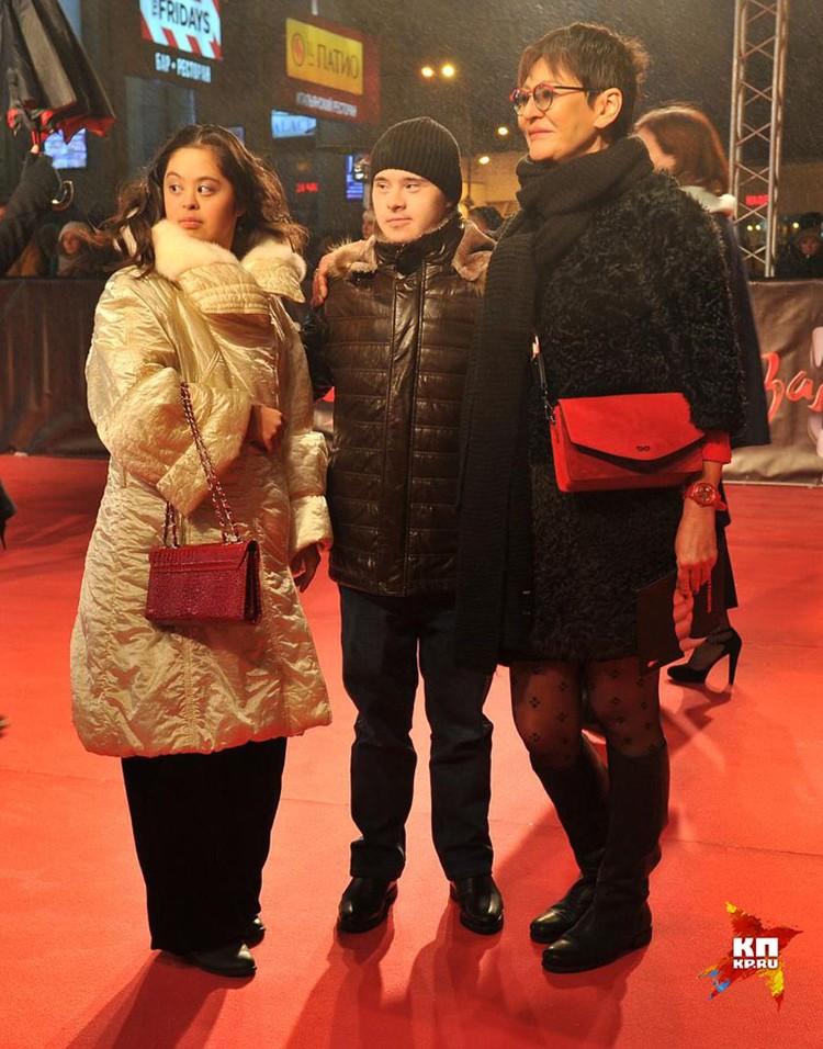 Ирина Хакамада с дочерью и ее женихом Владом