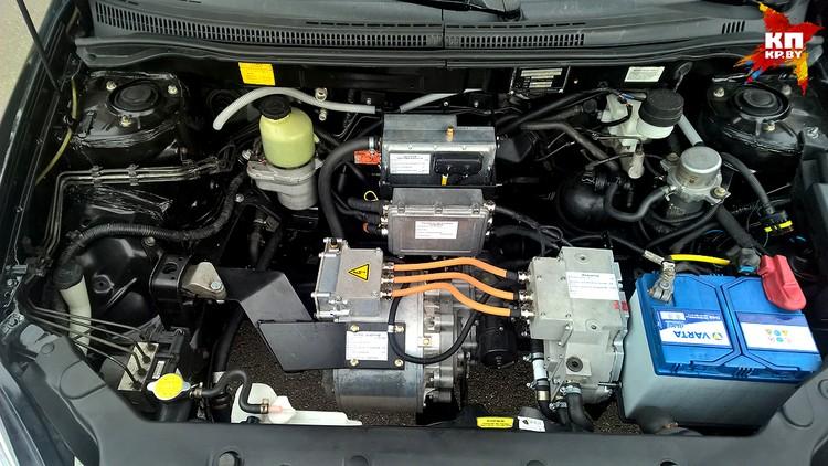 Вместо бензинового мотора – электрический мотор-редуктор от ё-мобиля. Такой стоит на машине, которую подарили Жириновскому и, по слухам, Путину.