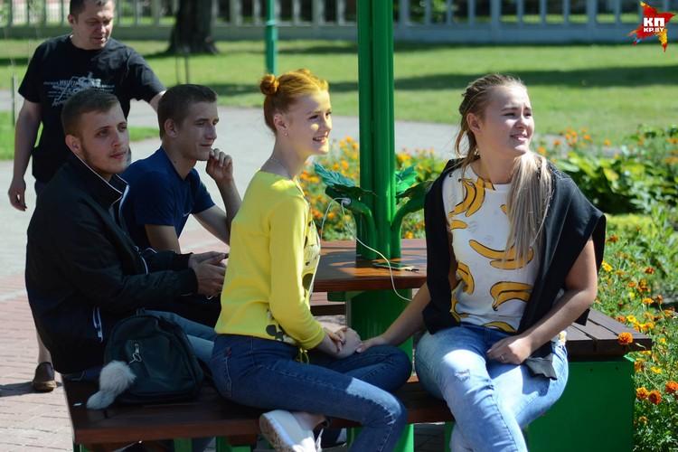 Молодежь теперь мечтает о бесплатном Wi-Fi в парке. Фото: Александр КОВГАНКО.