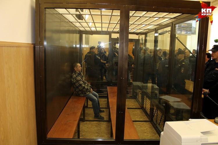 Егоров никак не реагировал на обступивших клетку журналистов