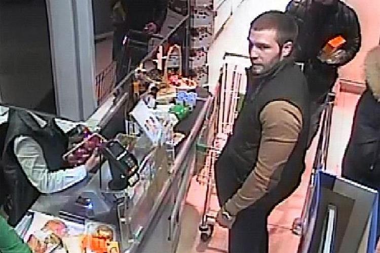 Ломов же остался еще на камерах видеонаблюдения одного из магазинов: в той самой одежде, в которой был во время ДТП