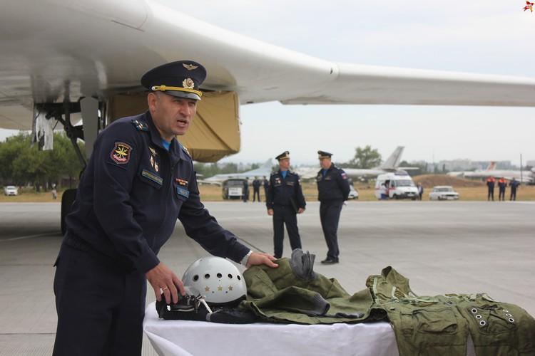 Полковник Олег Пчела демонстрирует снаряжение летчиков.