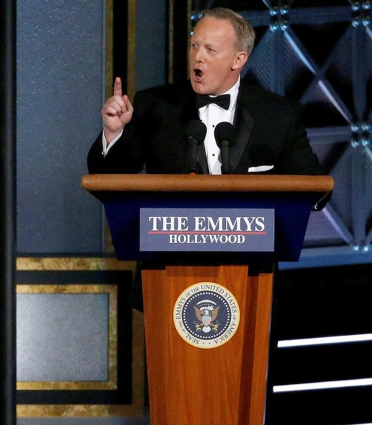 Бывший пресс-секретарь Белого дома Шон Спайсер на сцене Эмми.