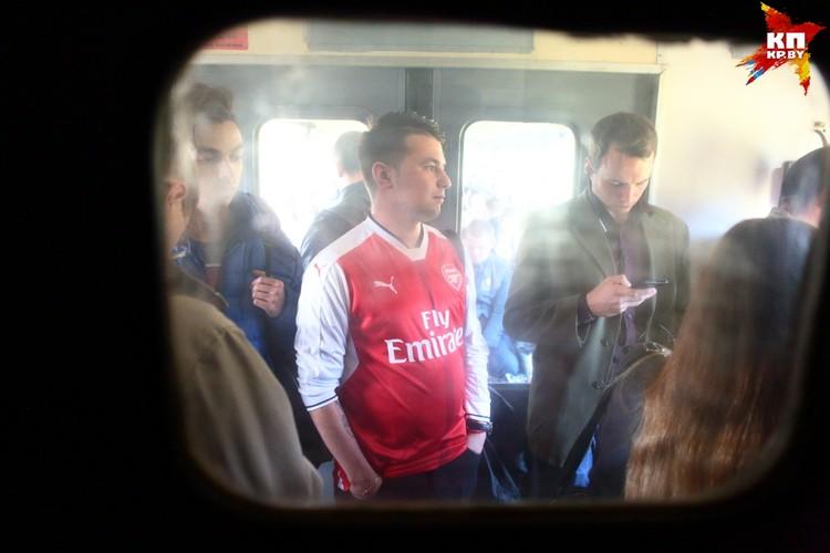 """Фанаты """"Арсенала"""" называют себя """"Красной армией"""" (Red Army) - от цветов клуба. По пути в Борисов на электричке можно было зачекиниться на станции """"Чырвоны Сцяг""""."""