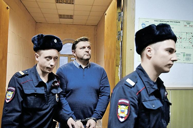 Когда Никита Белых взял в московском кафе пакет с 400 тысячами евро и на его руках защелкнули наручники, он долго отказывался верить, что все это всерьез.