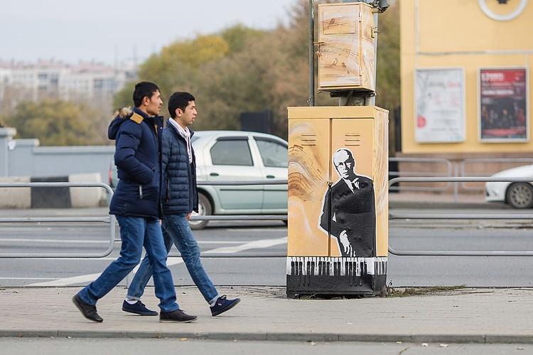 Арт-объект перед памятником Сергею Прокофьеву