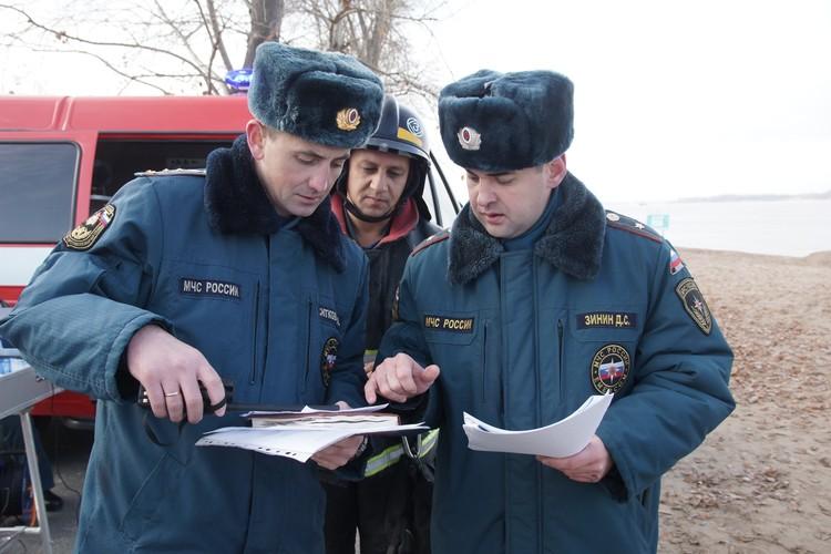 Дмитрий Зинин вместе с коллегами изучает план спасательного мероприятия