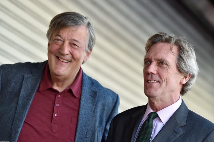 Стивен Фрай (слева) и Хью Лори - уже много лет близкие друзья