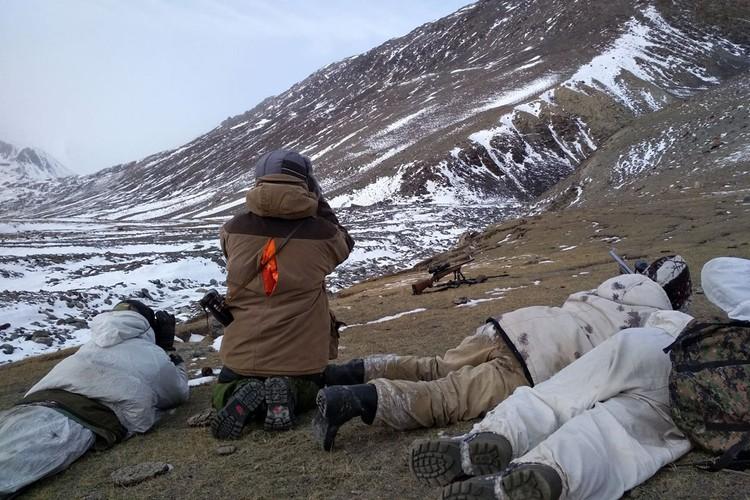 Охотники наблюдали за ирбисом полчаса, как он сытый и довольный победой над волком неспешно поднимался по склону.