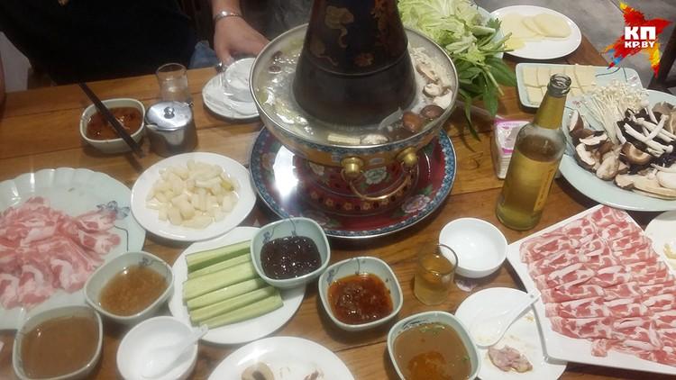 Это и есть хот-пот, удивительное китайское изобретение: сам «варишь» в кипящей воде мясо, зелень, грибы или тофу, вытаскиваешь, обмакиваешь в соус и ешь.