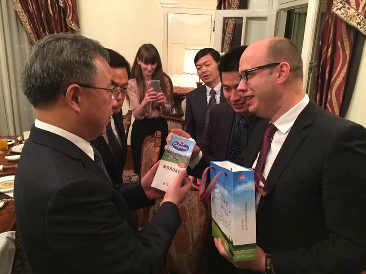 Кирилл Рудый и Ху Чуньхуа, секретарь парткома провинции Гуандун, член ЦК КПК, обсуждают белорусское молоко. Фото: личный архив посла.