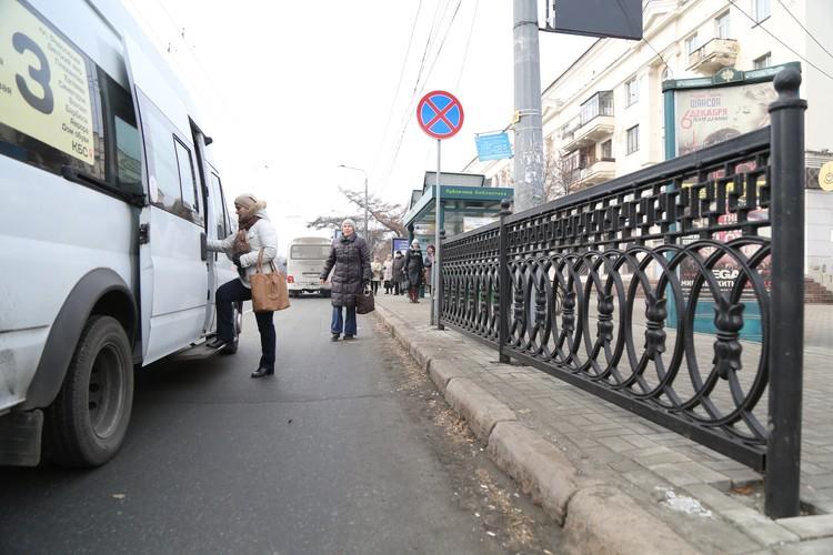 Зачем забор, если маршрутки все равно останавливаются где попало и люди выбегают на дорогу, чтобы сесть в транспорт?