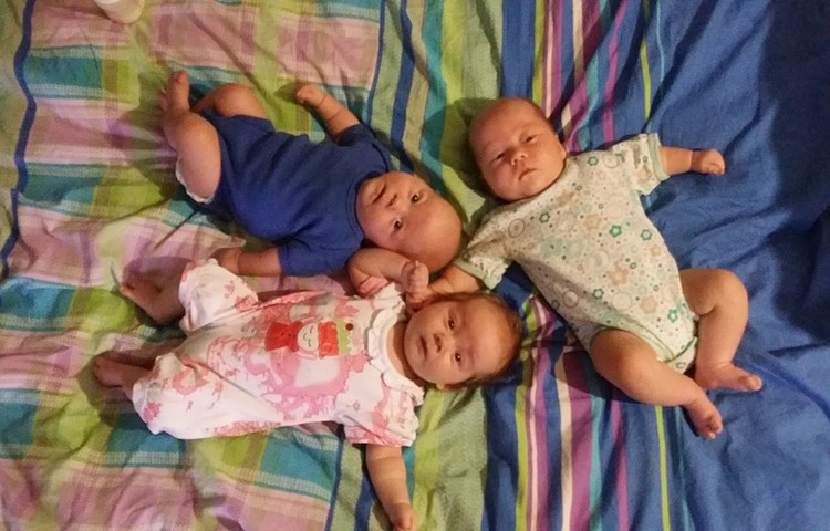 По полу тут и там разбросаны младенцы