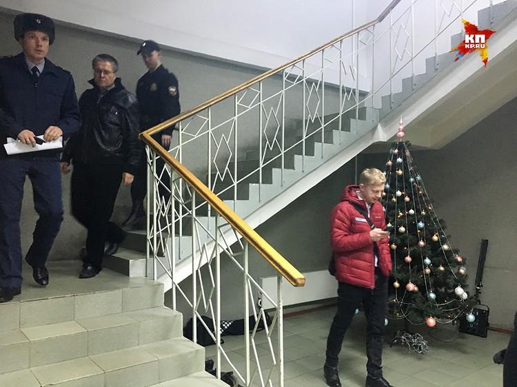 Улюкаев пришел с сильной простудой, и долго не решался снять куртку в помещении