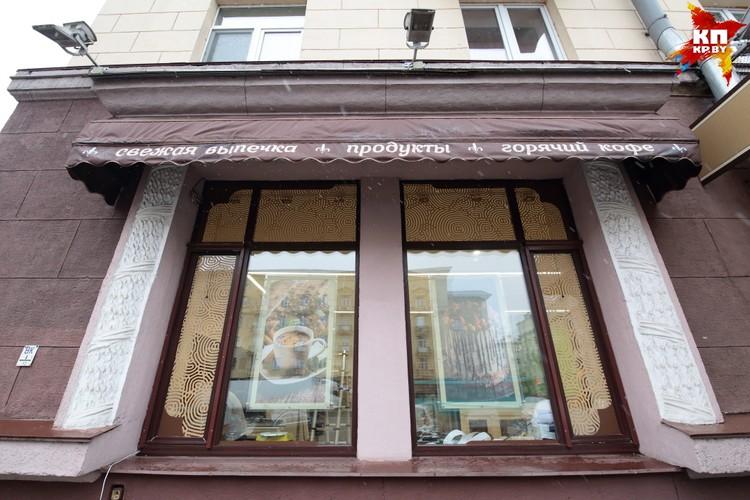 Окна украсили огромные фотографии всяких вкусностей - тортов, кексов, пирожных