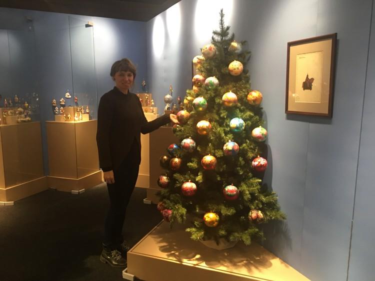 Елка украшена шарами, расписанными мастерами Палеха. В прошлом новогоднее дерево с такими шарами (их было почти сто) стояла в резиденции президента России Владимира Путина.