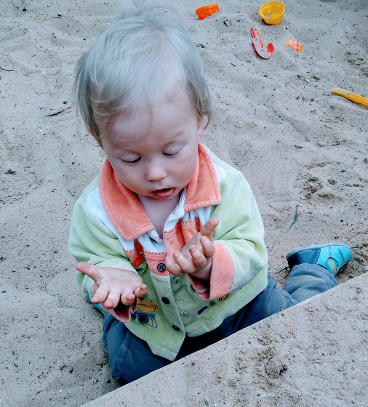 Федя любит песок