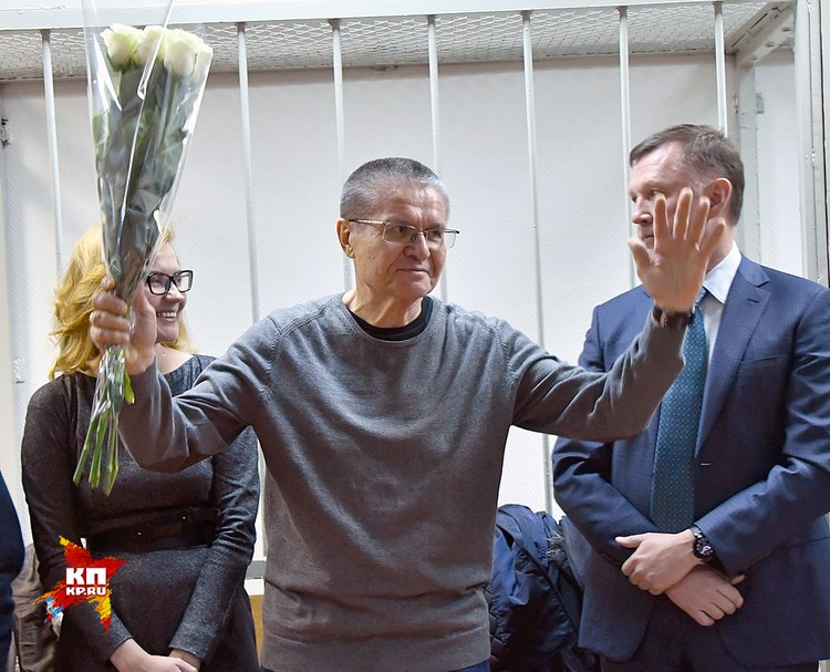 Перед оглашением приговора Улюкаеву презентовали букет белых роз.