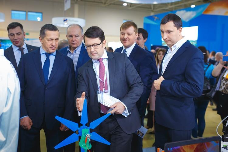 Полпред президента в ДФО Юрий Трутнев и генеральный директор Агентства по развитию человеческого капитала на Дальнем Востоке Валентин Тимаков посетили каждый стенд выставки.
