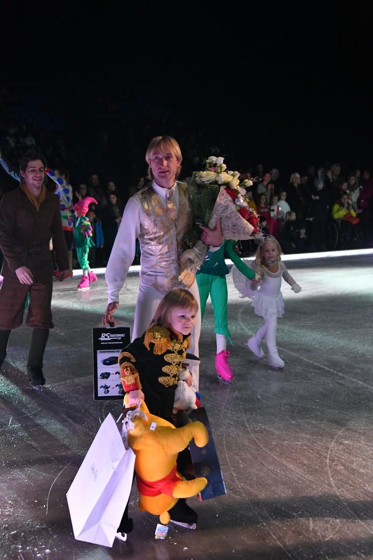 После шоу 4-летнему Саше Плющенко подарили много игрушек.