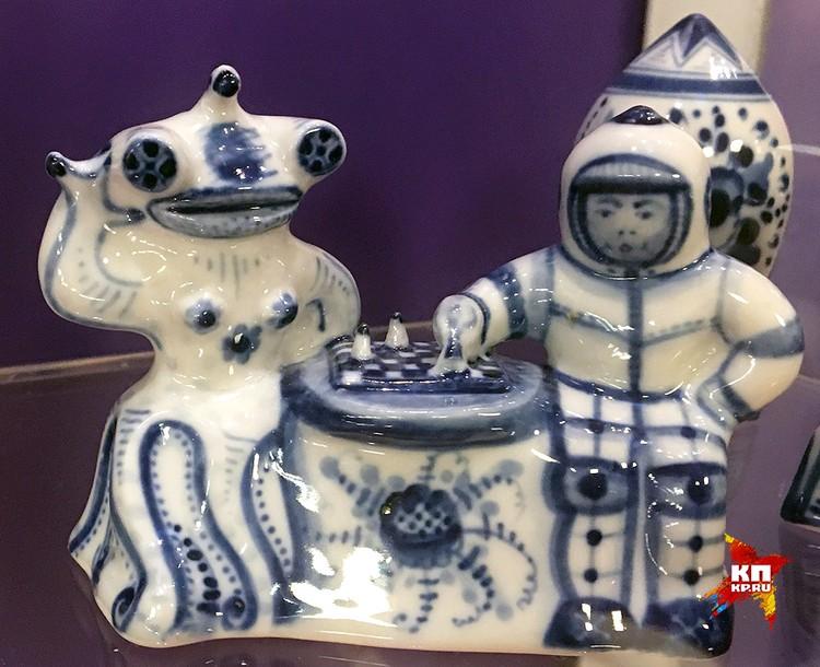 """В Музее космонавтики можно полюбоваться на """"гжелевых"""" инопланетян, обученных шахматам."""