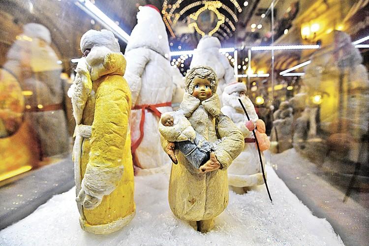 Снегурочка с ребенком из коллекции Александра Олешко.