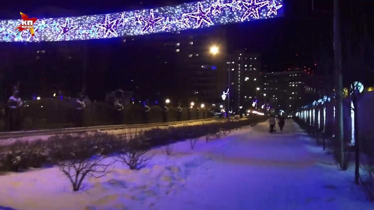 На улицах поселка заработала новогодняя иллюминация.