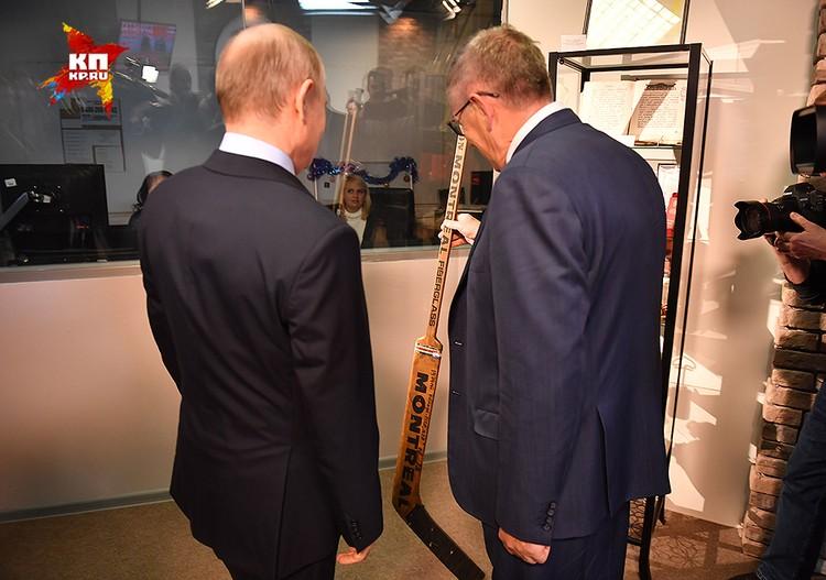 Президенту показали вратарскую клюшку легенды советского хоккея Владислава Третьяка.