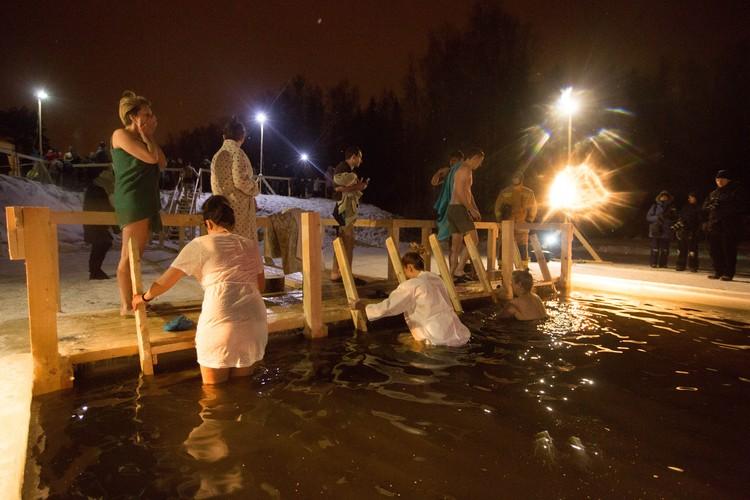 Считается, что в полночь 19 января вода обретает особую силу: исцеляет от недугов и очищает от греха.