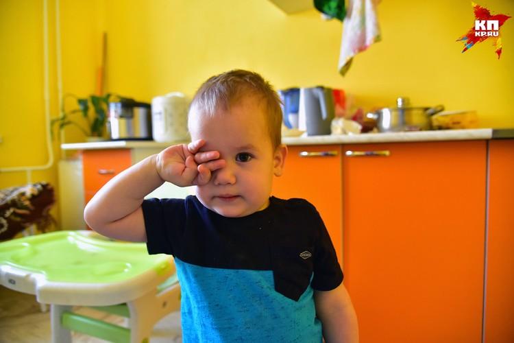 Лёне 2 года, он ходит. Его брат Федя - пока нет.