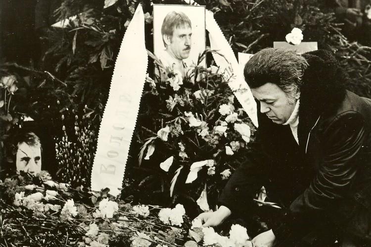 Иосиф Кобзон на могиле Высоцкого на Ваганьковском кладбище, 25 января 1981 года. Фото: Личный архив И. Кобзона