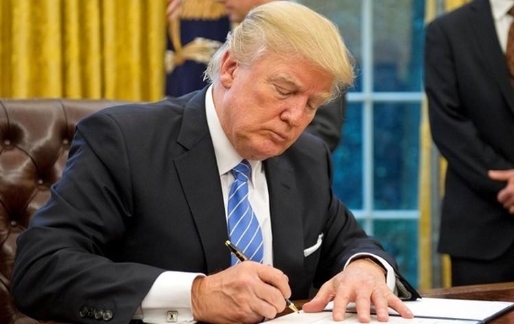 """2 августа 2017 года Дональд Трамп подписал закон """"О противодействии противникам Америки посредством санкций""""."""