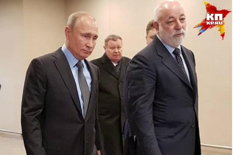 Спустившись с трапа своего самолета, Путин сразу отправился осматривать новую воздушную гавань.