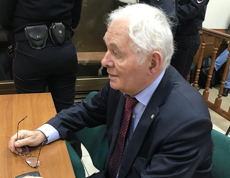 Врач Леонид Рошаль приехал в суд вступиться за коллегу.
