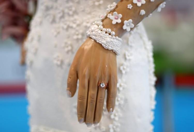 Бриллиант в обручальном кольце на торте самый настоящий