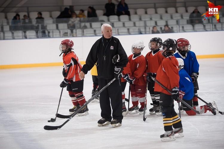 Валерий Георгиевич работал на льду в Екатеринбурге и тренировал 8 - 9-летних мальчишек