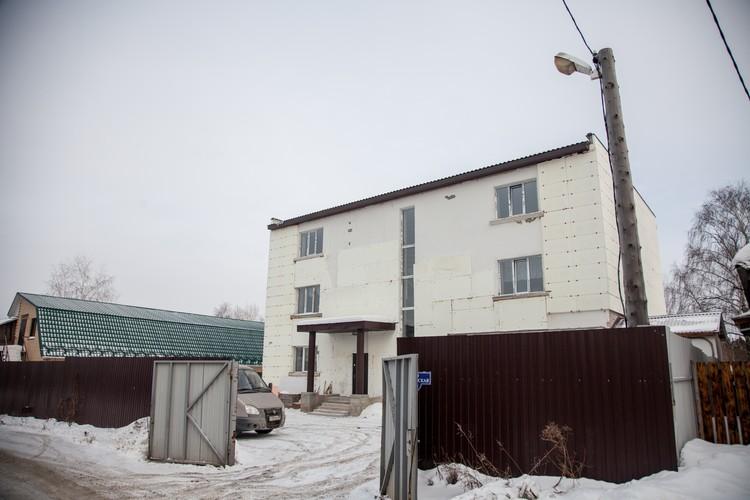 Приют «Мария» занимает трехэтажное здание в частном секторе на Нагорном