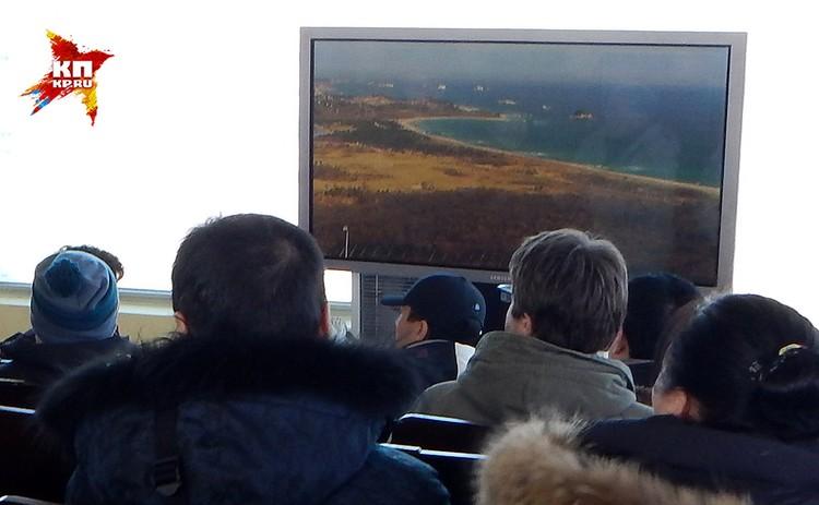 Солдат направляет большую видеокамеру-телескоп на склон горы. На экране – сильно увеличенные военные объекты Севера.