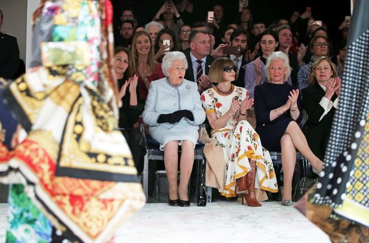 Королева Елизавета II с главным редактором американского журнала Vogue Анной Винтур и с главой Британского совета моды Кэролайн Раш