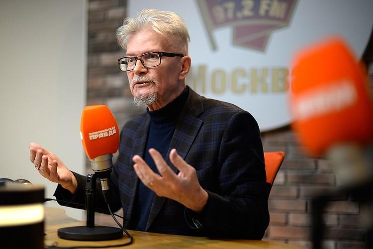 """Эдуард Лимонов в студии радио """"Комсомольская правда""""."""