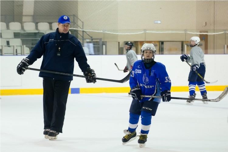 """Теперь он тренирует уральских хоккеистов, готовит их к будущим Олимпиадам. Фото: ДЮСШ """"Факел""""."""