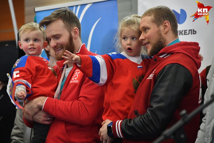 Хоккеисты Сергей Андронов с дочерью и Михаил Григоренко с сыном