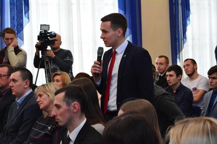 Примерно полтора часа Александра Захарченко общался со студентами вузов Республики - о стипендиях, стройотрядах, нашем будущем
