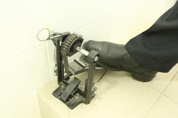 в туалете кран можно открывать только локтем, а воду спускают при помощи специальной педали на пол