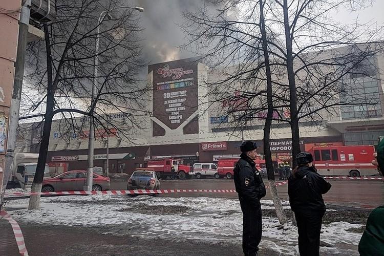 Огонь вспыхнул в огромном торгово-развлекательном комплексе в выходной, когда там отдыхали целыми семьями