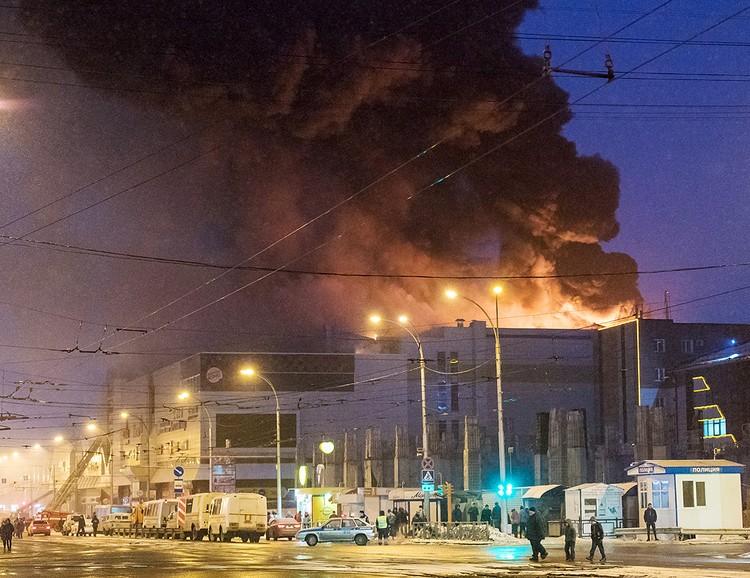 Огонь в ТЦ не удавалось полностью потушить до позднего вечера. ФОТО Данил Айкин/ТАСС