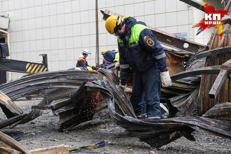 Спасатели разбирают завалы после пожара в Кемерове