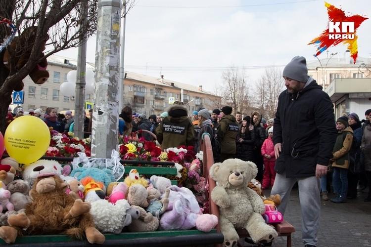 """Кемеровчане приносят цветы, игрушки, свечи к стихийному мемориалы у ТЦ """"Зимняя вишня"""""""