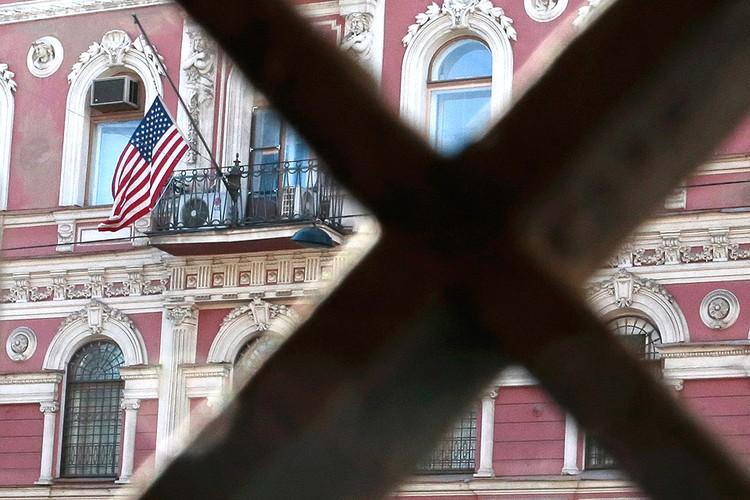 Флаг на здании консульства США в Санкт-Петербурге.