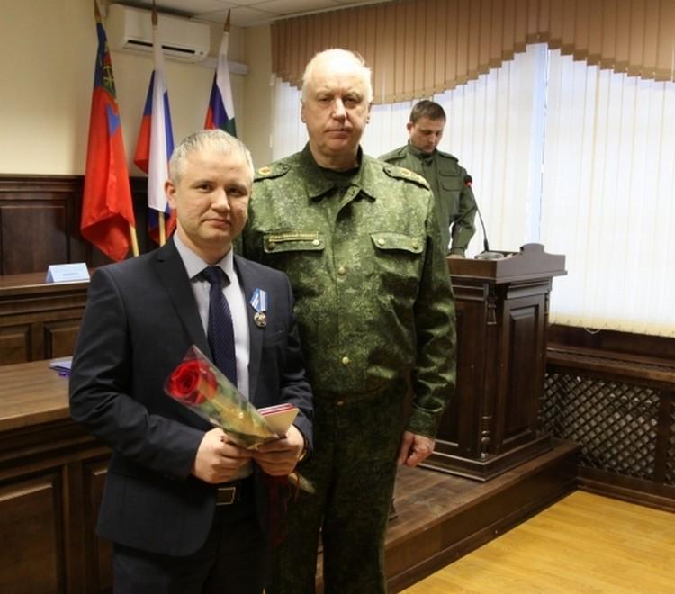 Слева работник магазина Фарзон Салимов. Фото: СКР